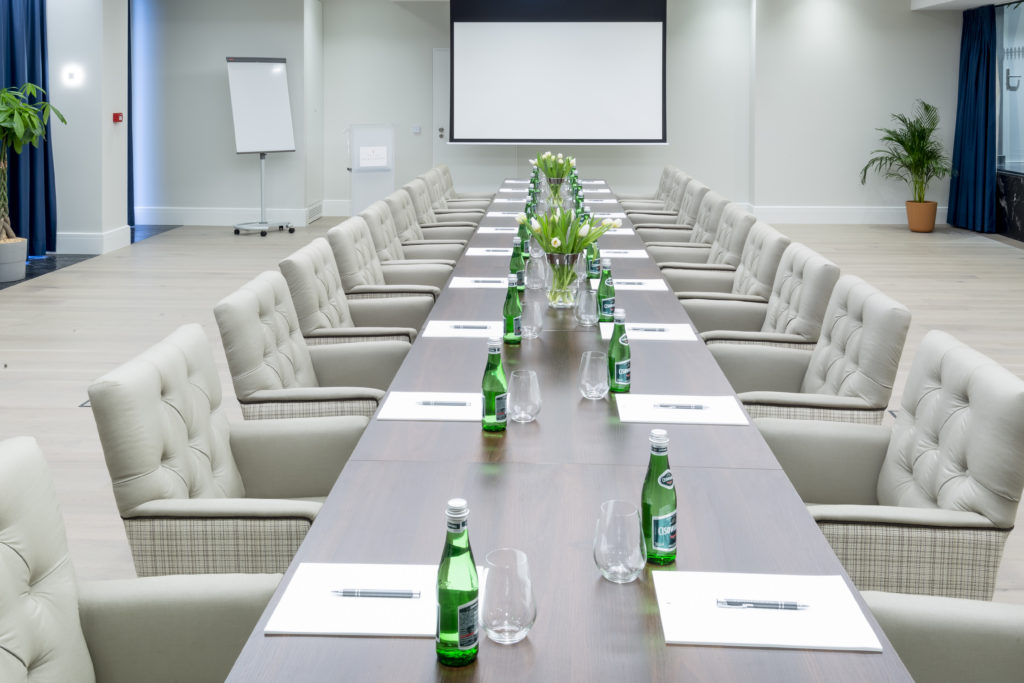 Sala konferencyjna w Pałacu Komierowo - układ w kształcie litery I