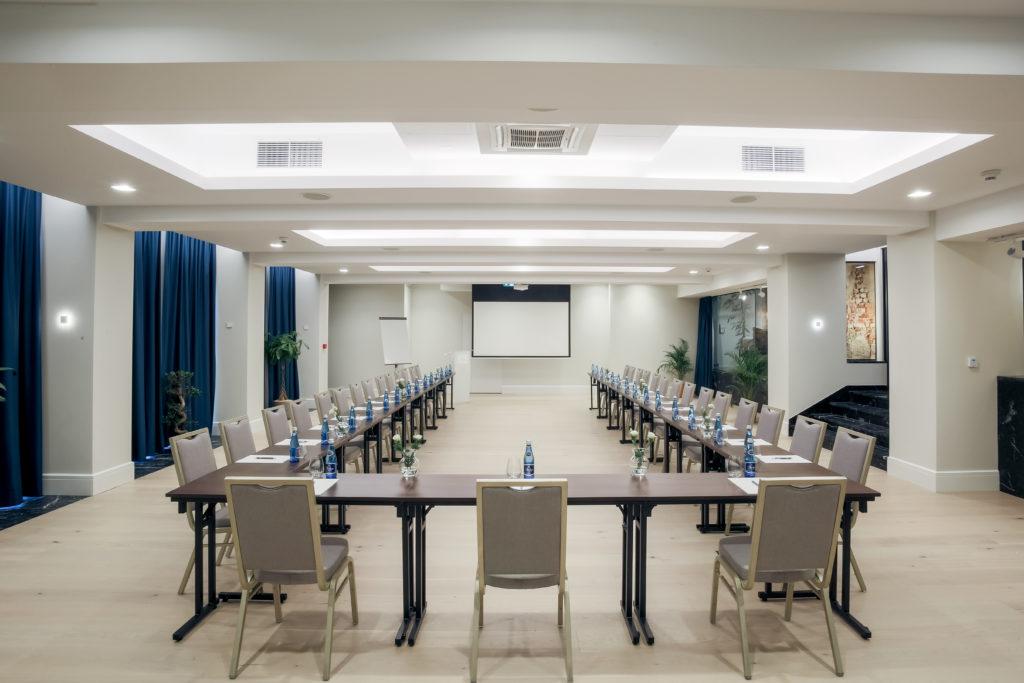 Sala konferencyjna w Pałacu Komierowo - układ w kształcie litery U