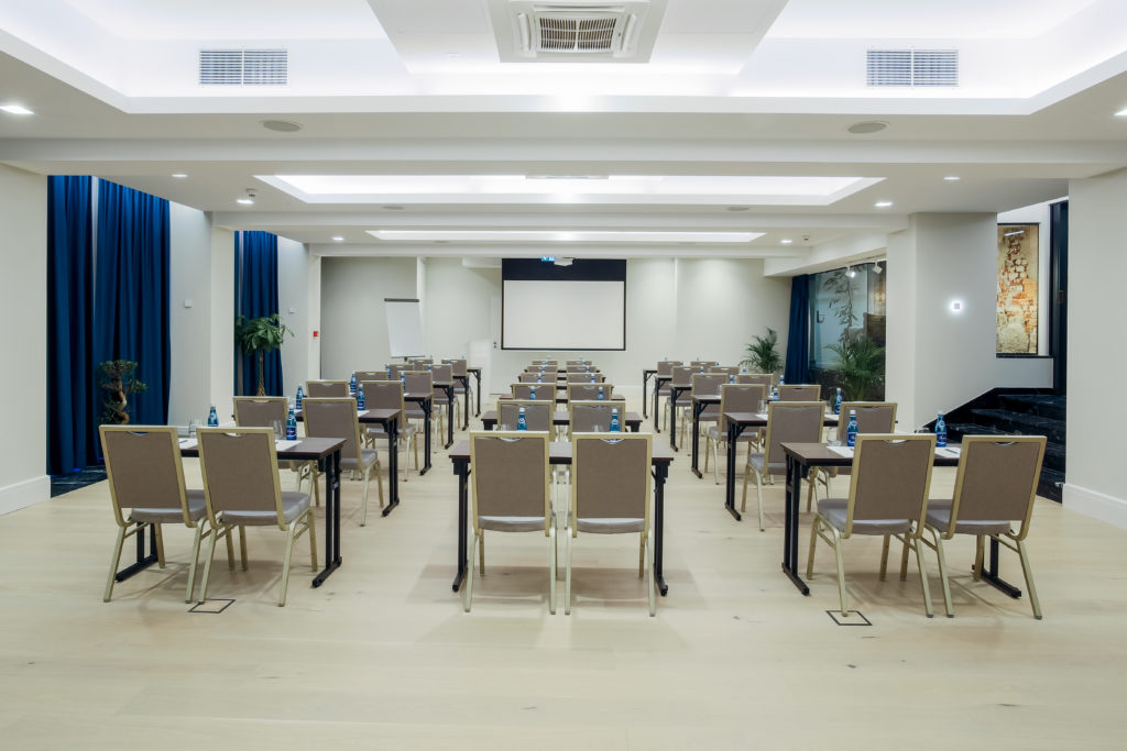 Sala konferencyjna Pałac Komierowo układ szkolny