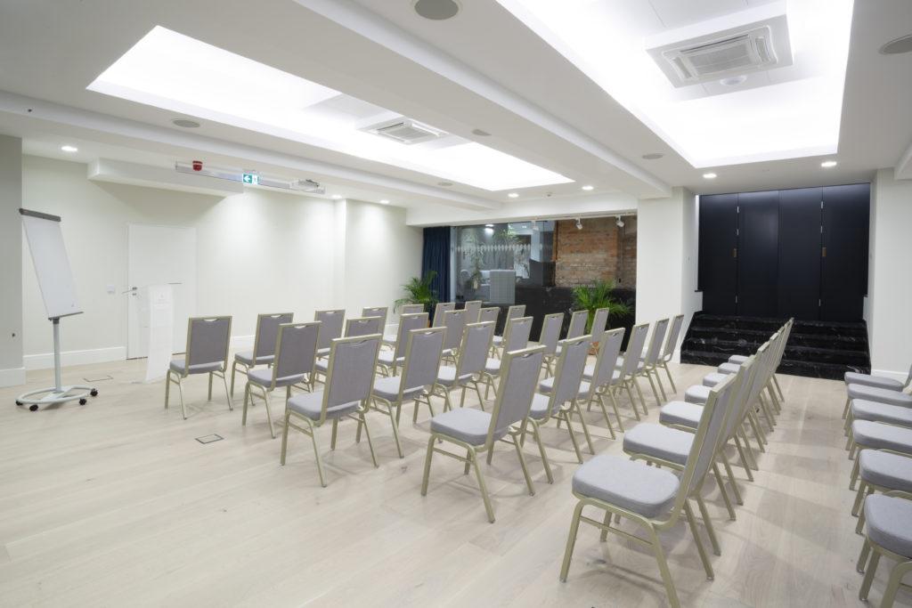 Sala konferencyjna Pałac Komierowo  układ teatralny