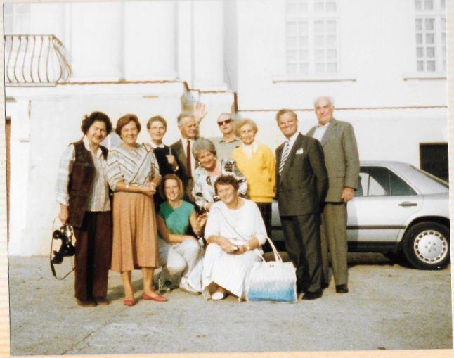 Lata 90-te Andrzej i Janina Komierowscy z przyjaciółmi przed pałacem